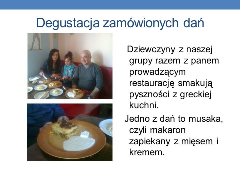 Degustacja zamówionych dań Dziewczyny z naszej grupy razem z panem prowadzącym restaurację smakują pyszności z greckiej kuchni. Jedno z dań to musaka,