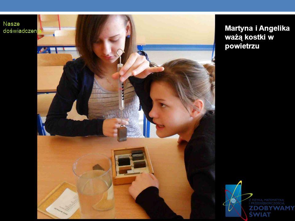 Nasze doświadczenia: Martyna i Angelika ważą kostki w powietrzu
