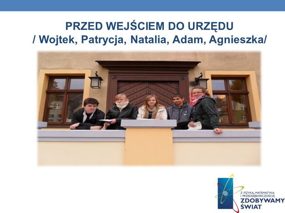 PRZED WEJŚCIEM DO URZĘDU / Wojtek, Patrycja, Natalia, Adam, Agnieszka/