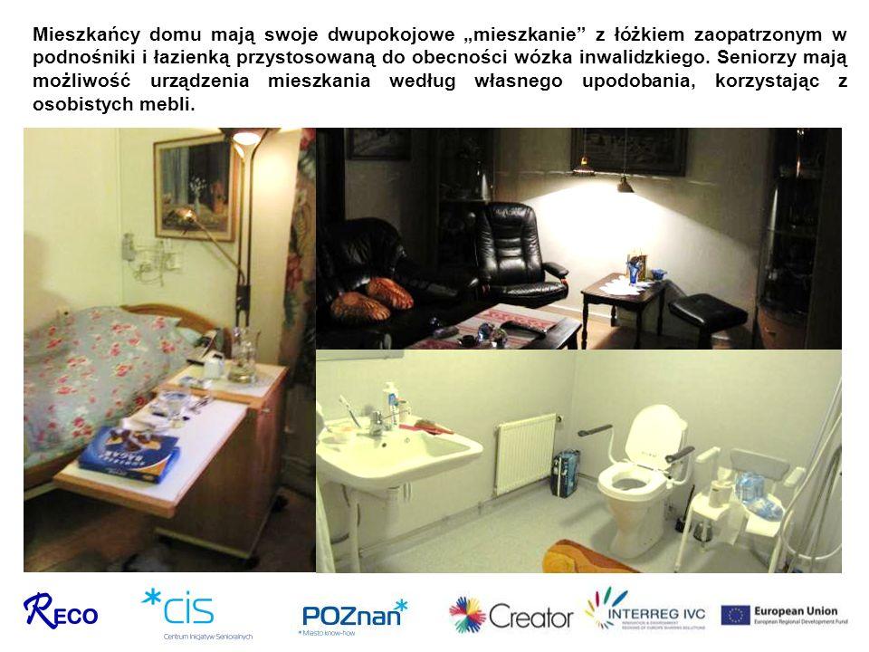 Mieszkańcy domu mają swoje dwupokojowe mieszkanie z łóżkiem zaopatrzonym w podnośniki i łazienką przystosowaną do obecności wózka inwalidzkiego. Senio
