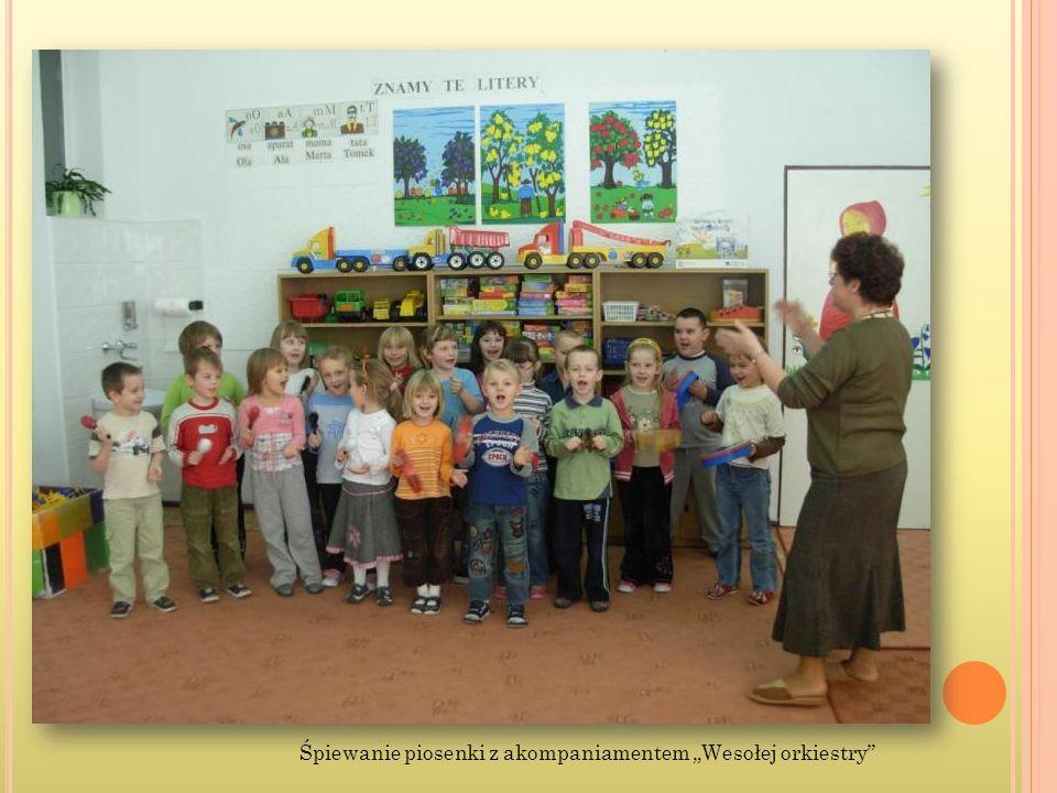 Śpiewanie piosenki z akompaniamentem Wesołej orkiestry