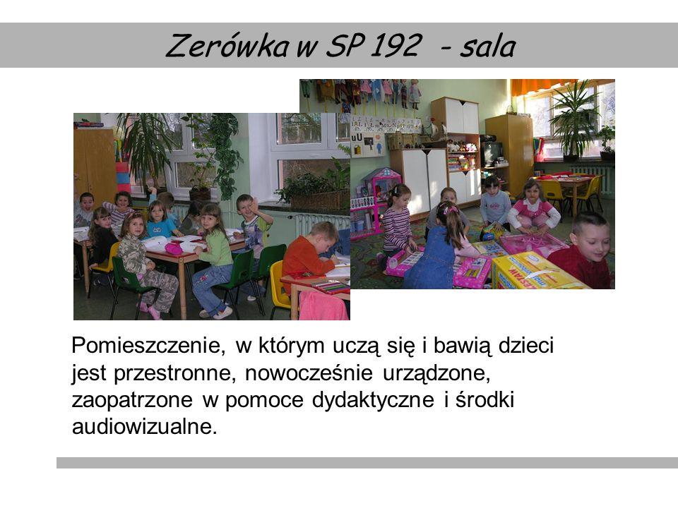 Pomieszczenie, w którym uczą się i bawią dzieci jest przestronne, nowocześnie urządzone, zaopatrzone w pomoce dydaktyczne i środki audiowizualne. Zeró