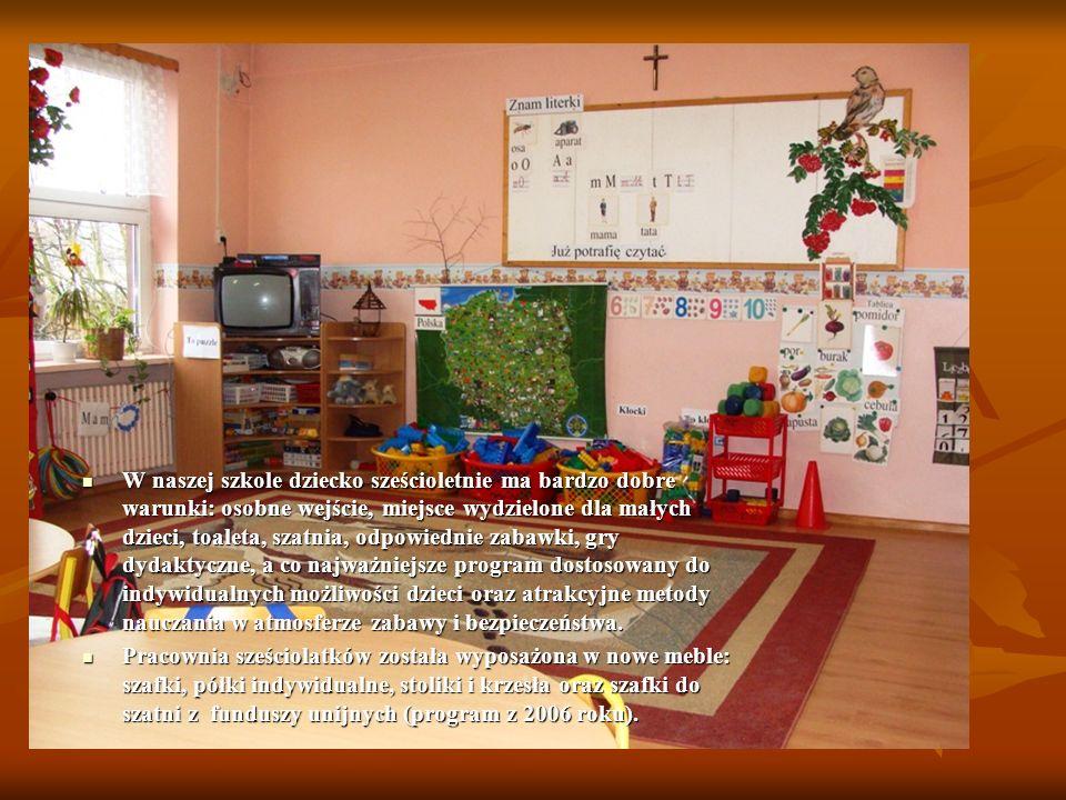 W naszej szkole dziecko sześcioletnie ma bardzo dobre warunki: osobne wejście, miejsce wydzielone dla małych dzieci, toaleta, szatnia, odpowiednie zab