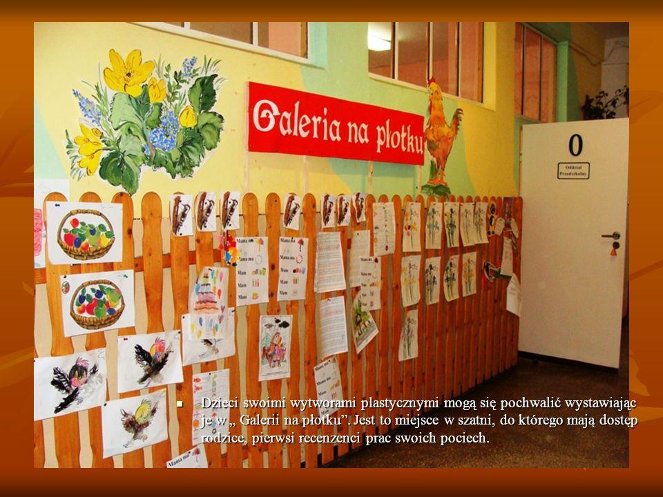 Dzieci swoimi wytworami plastycznymi mogą się pochwalić wystawiając je w Galerii na płotku. Jest to miejsce w szatni, do którego mają dostęp rodzice,