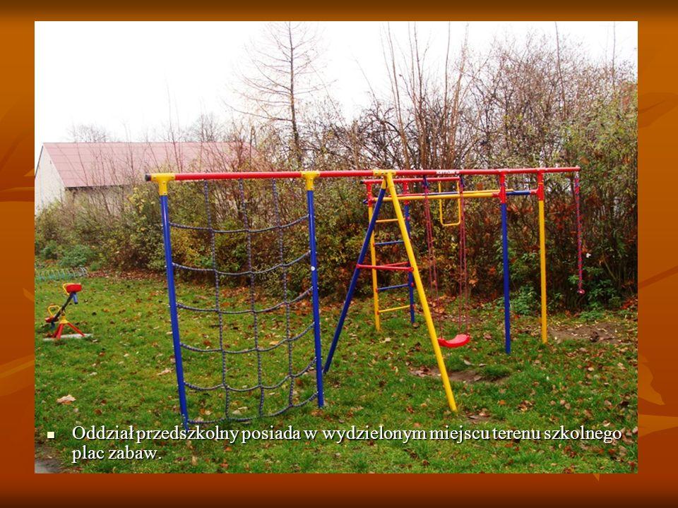 Oddział przedszkolny posiada w wydzielonym miejscu terenu szkolnego plac zabaw. Oddział przedszkolny posiada w wydzielonym miejscu terenu szkolnego pl