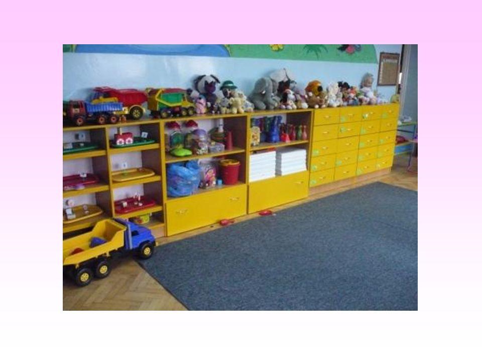Sala, w której dzieci mają zajęcia jest w pełni przystosowana do pracy. Posiada ona dostosowane do wzrostu dzieci krzesełka i stoliki, bardzo kolorowe