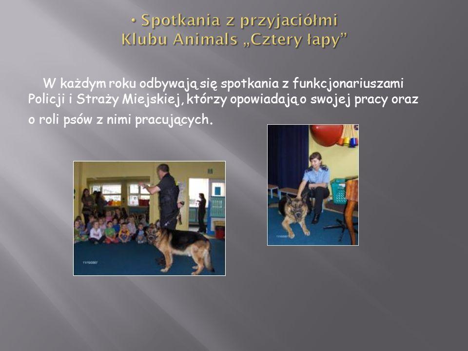 W każdym roku odbywają się spotkania z funkcjonariuszami Policji i Straży Miejskiej, którzy opowiadają o swojej pracy oraz o roli psów z nimi pracując