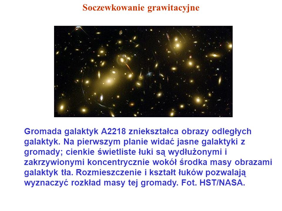 Gromada galaktyk A2218 zniekształca obrazy odległych galaktyk. Na pierwszym planie widać jasne galaktyki z gromady; cienkie świetliste łuki są wydłużo