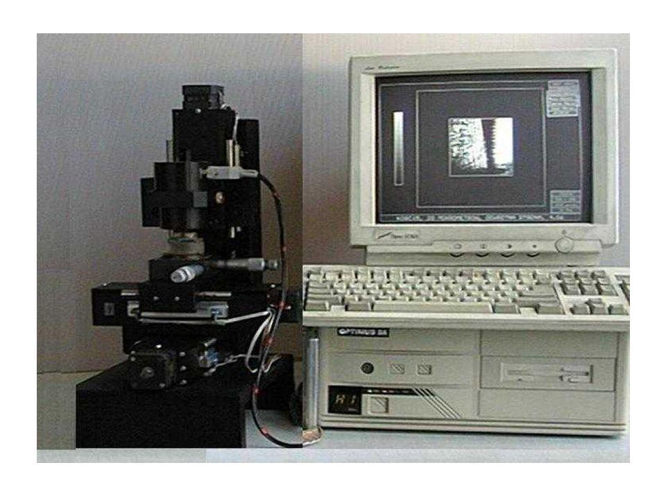 Pomiar prędkości fali powierzchniowej za pomocą mikroskopu – metoda V(z) Mikroskopia akustyczna poza obrazowaniem powierzchni lub wnętrza materiału umożliwia również lokalny pomiar prędkości fali powierzchniowej i parametrów akustycznych próbki: modułu Younga E i współczynnika Poissona.