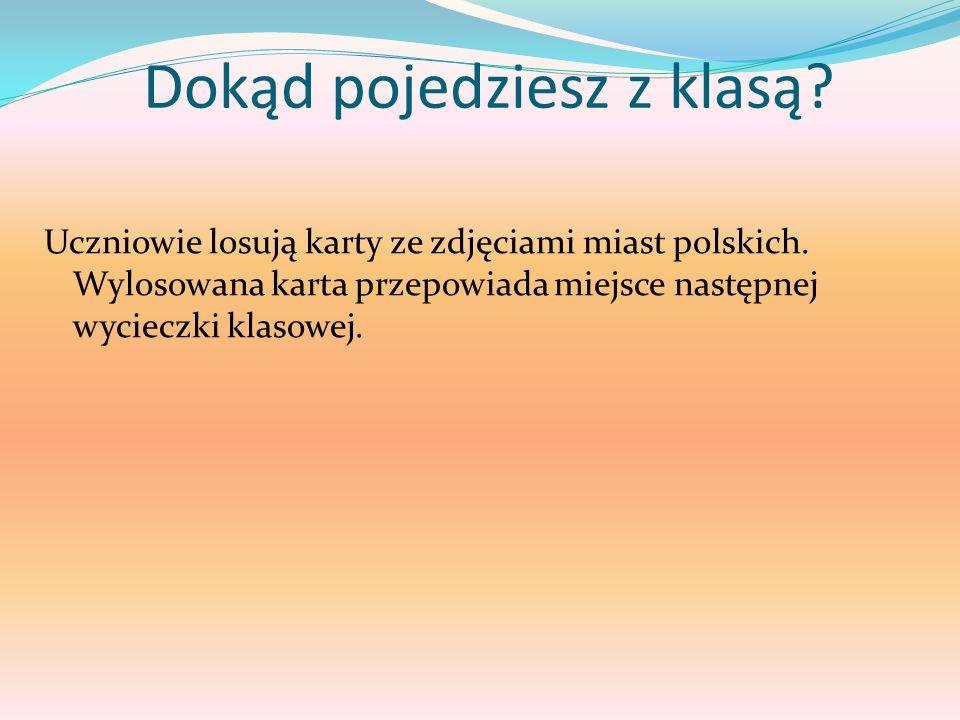 Dokąd pojedziesz z klasą? Uczniowie losują karty ze zdjęciami miast polskich. Wylosowana karta przepowiada miejsce następnej wycieczki klasowej.