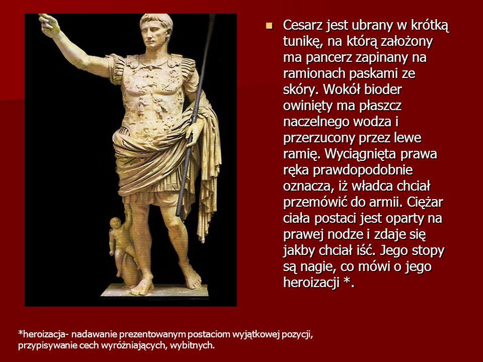 Cesarz jest ubrany w krótką tunikę, na którą założony ma pancerz zapinany na ramionach paskami ze skóry. Wokół bioder owinięty ma płaszcz naczelnego w