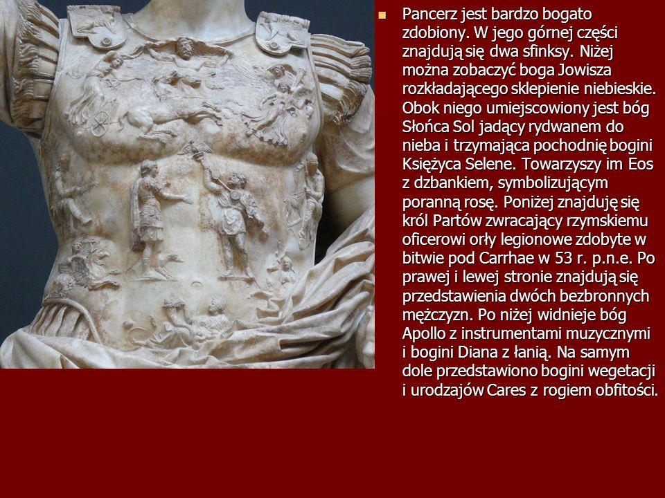 Pancerz jest bardzo bogato zdobiony. W jego górnej części znajdują się dwa sfinksy. Niżej można zobaczyć boga Jowisza rozkładającego sklepienie niebie