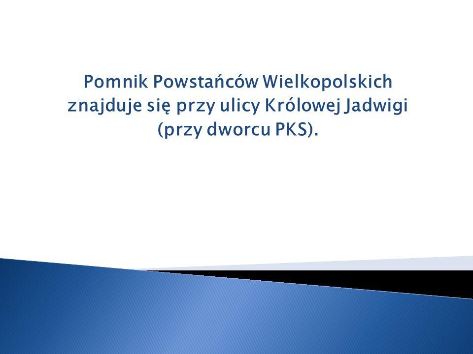 Pomnik Powstańców Wielkopolskich znajduje się przy ulicy Królowej Jadwigi (przy dworcu PKS).