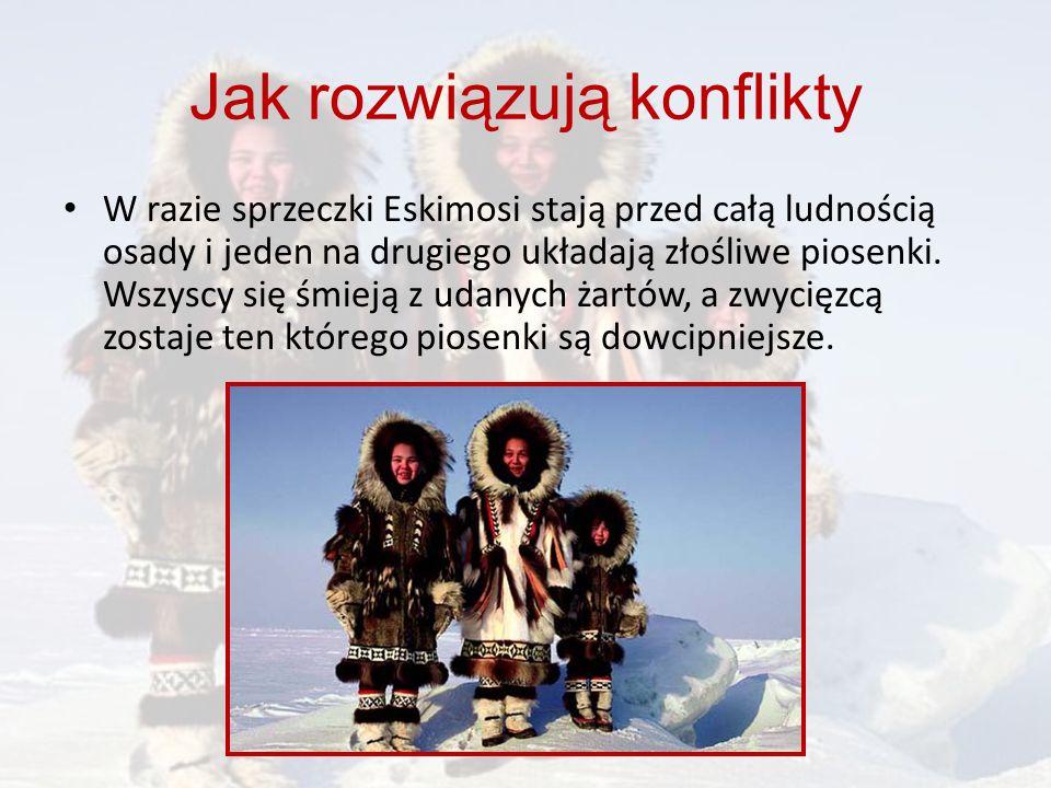 W razie sprzeczki Eskimosi stają przed całą ludnością osady i jeden na drugiego układają złośliwe piosenki. Wszyscy się śmieją z udanych żartów, a zwy