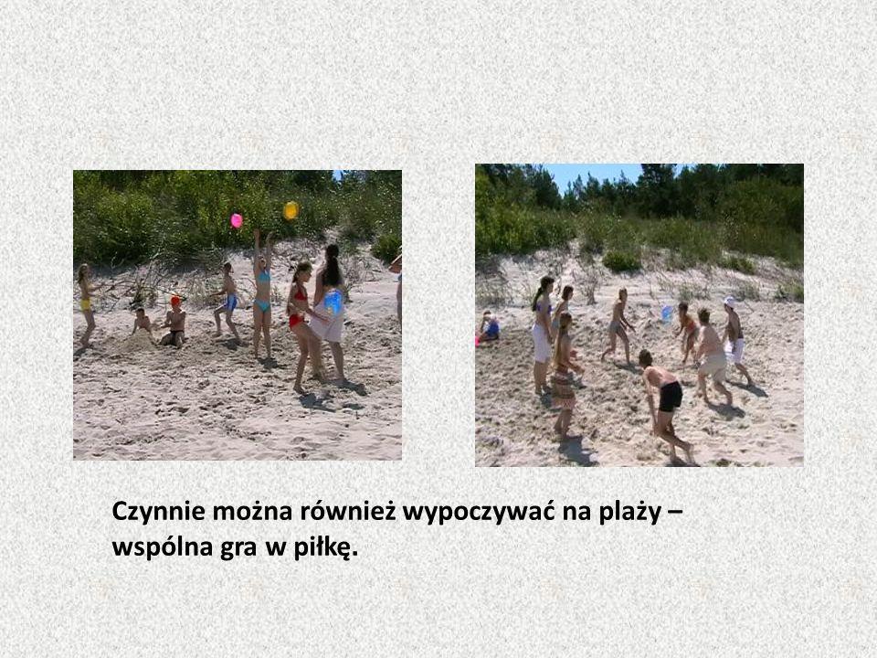 Czynnie można również wypoczywać na plaży – wspólna gra w piłkę.
