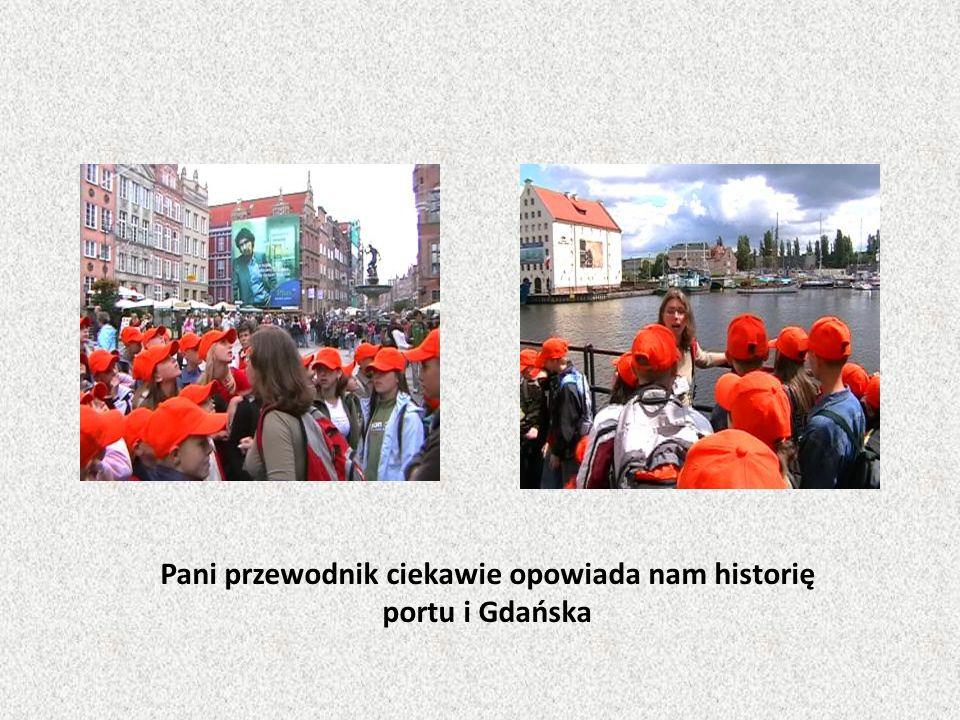 Pani przewodnik ciekawie opowiada nam historię portu i Gdańska