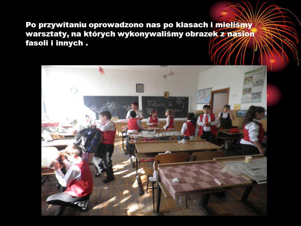 Po przywitaniu oprowadzono nas po klasach i mieliśmy warsztaty, na których wykonywaliśmy obrazek z nasion fasoli i innych.