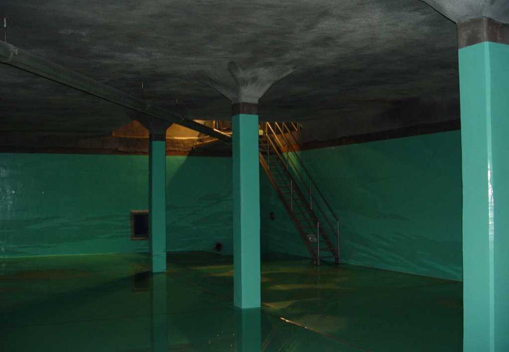 C 2009 Tuschewitzki Hygiene-Institut des Ruhrgebiets Institut für Umwelthygiene und Umweltmedizin www.hyg.de 44 DVGW W 270: Ocena B) Materiały, na których w jednym okresie badawczym wytworzy się biomasa > (0,05 +/- 0,02) ml /800 cm² nie spełniają wymogów niniejszej normy; nie mogą być stosowane powszechnie w kontakcie z wodą do spożycia C) w przypadku materiałów stosowanych do wykonania dużych złączy (kategoria D1) obowiązują następujące wartości graniczne (0,12+-0,03) ml/800 cm².