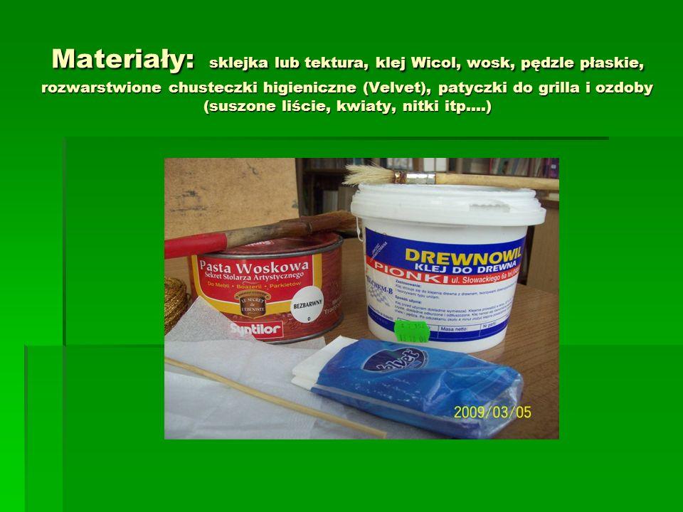 Materiały: sklejka lub tektura, klej Wicol, wosk, pędzle płaskie, rozwarstwione chusteczki higieniczne (Velvet), patyczki do grilla i ozdoby (suszone