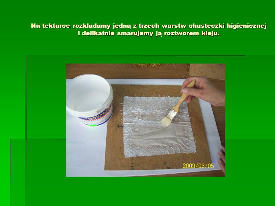 Na tekturce rozkładamy jedną z trzech warstw chusteczki higienicznej i delikatnie smarujemy ją roztworem kleju.