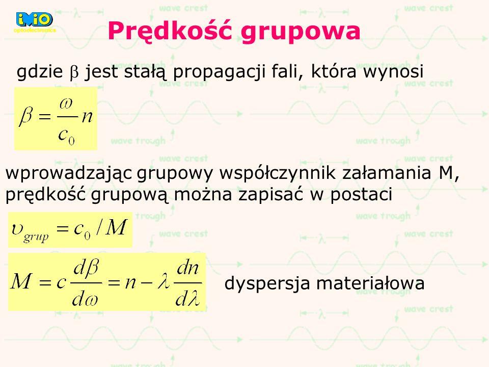 gdzie jest stałą propagacji fali, która wynosi wprowadzając grupowy współczynnik załamania M, prędkość grupową można zapisać w postaci dyspersja mater