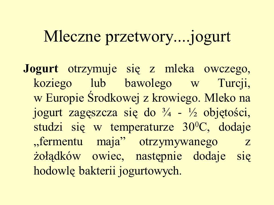 Mleczne przetwory....jogurt Jogurt otrzymuje się z mleka owczego, koziego lub bawolego w Turcji, w Europie Środkowej z krowiego. Mleko na jogurt zagęs