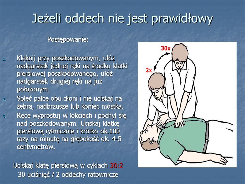 Jeżeli oddech nie jest prawidłowy Postępowanie: 1. Klęknij przy poszkodowanym, ułóż nadgarstek jednej ręki na środku klatki piersiowej poszkodowanego,