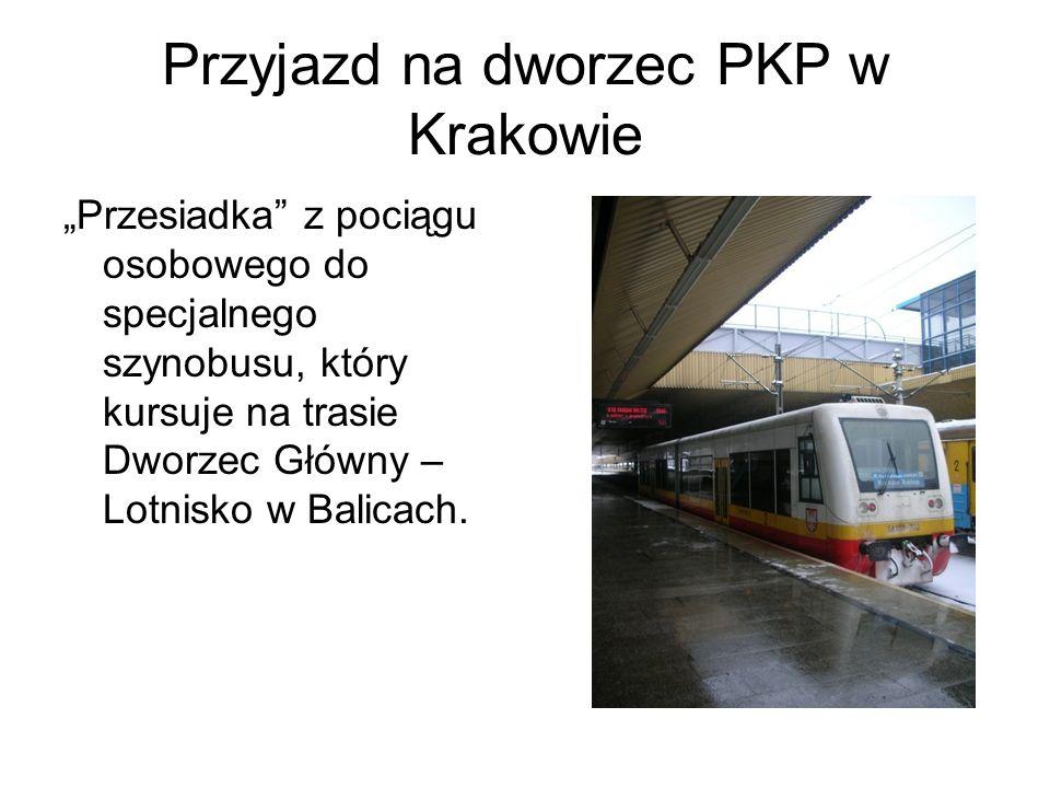 Przyjazd na dworzec PKP w Krakowie Przesiadka z pociągu osobowego do specjalnego szynobusu, który kursuje na trasie Dworzec Główny – Lotnisko w Balica