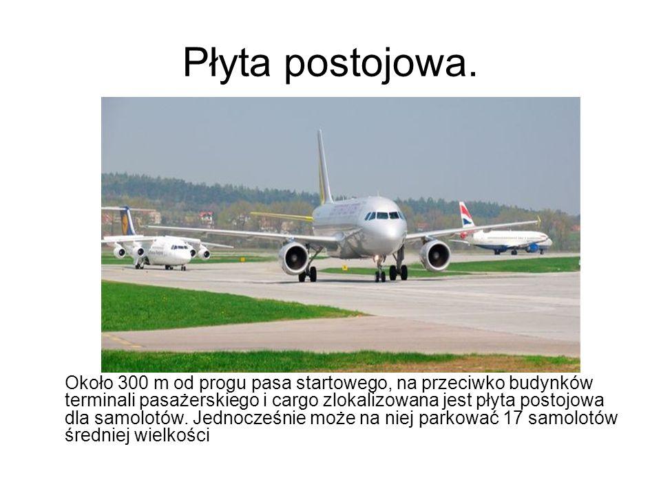 Płyta postojowa. Około 300 m od progu pasa startowego, na przeciwko budynków terminali pasażerskiego i cargo zlokalizowana jest płyta postojowa dla sa