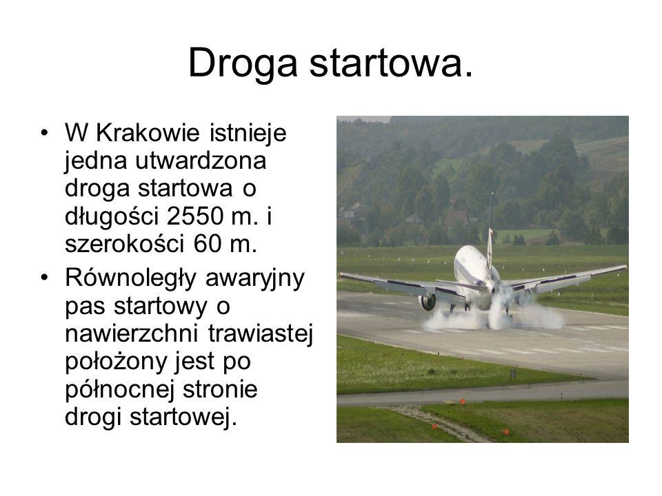 Droga startowa. W Krakowie istnieje jedna utwardzona droga startowa o długości 2550 m. i szerokości 60 m. Równoległy awaryjny pas startowy o nawierzch