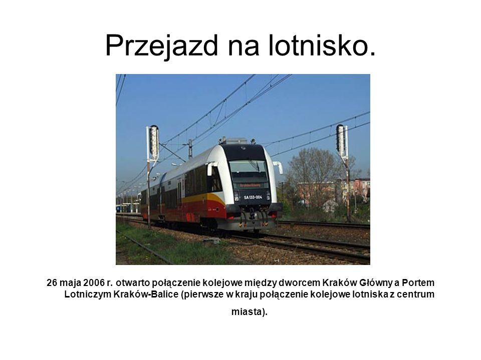 Przejazd na lotnisko. 26 maja 2006 r. otwarto połączenie kolejowe między dworcem Kraków Główny a Portem Lotniczym Kraków-Balice (pierwsze w kraju połą