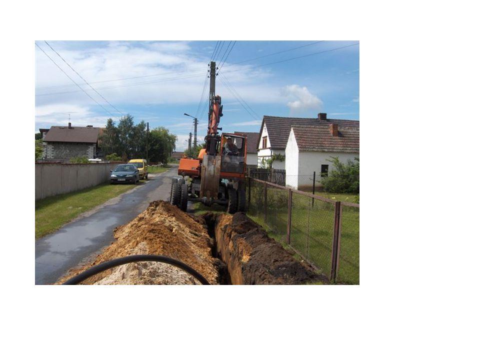 Szerokość wykopu – 40 cm Głębokość – 120 do 140 cm Układana rura – PE 63 System kanalizacji PRESSKAN w budowie