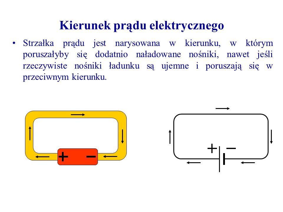 Strzałka prądu jest narysowana w kierunku, w którym poruszałyby się dodatnio naładowane nośniki, nawet jeśli rzeczywiste nośniki ładunku są ujemne i poruszają się w przeciwnym kierunku.