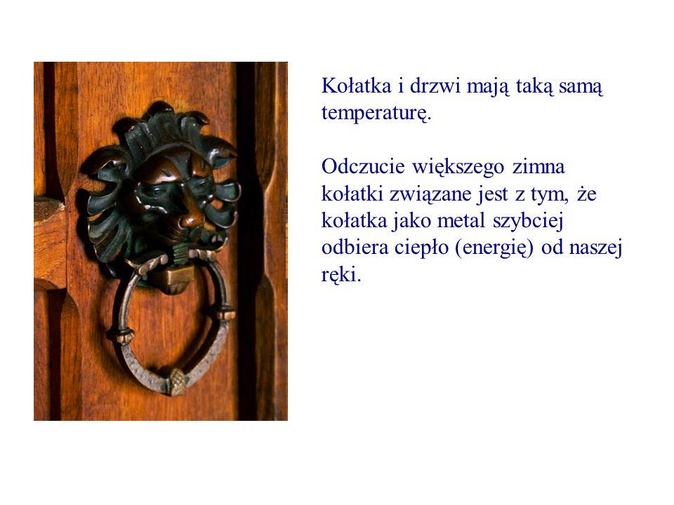 Kołatka i drzwi mają taką samą temperaturę. Odczucie większego zimna kołatki związane jest z tym, że kołatka jako metal szybciej odbiera ciepło (energ