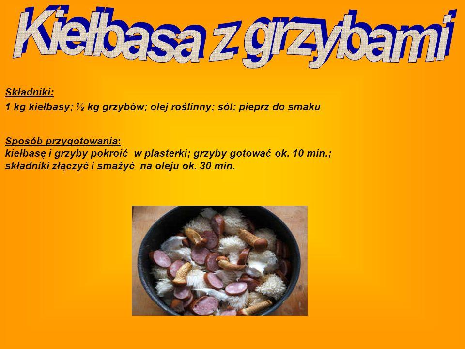 Składniki: 50 dag makaronu (rurek); 1 kg świeżych grzybów (najlepiej prawdziwków); 5 dag margaryny; 2 cebule; 15 dag śmietany; zielenina; sól; pieprz Ugotowany makaron przelać zimną wodą; oczyszczone, obrane i umyte grzyby pokroić w paski; drobno pokrojoną cebulę podsmażyć na tłuszczu, dodać grzyby i razem smażyć, często mieszając; pod koniec smażenia wlać śmietanę i krótko dusić pod przykryciem; połączyć grzyby z makaronem, wymieszać, przyprawić do smaku; przed podaniem posypać drobno pokrojoną zieleniną.