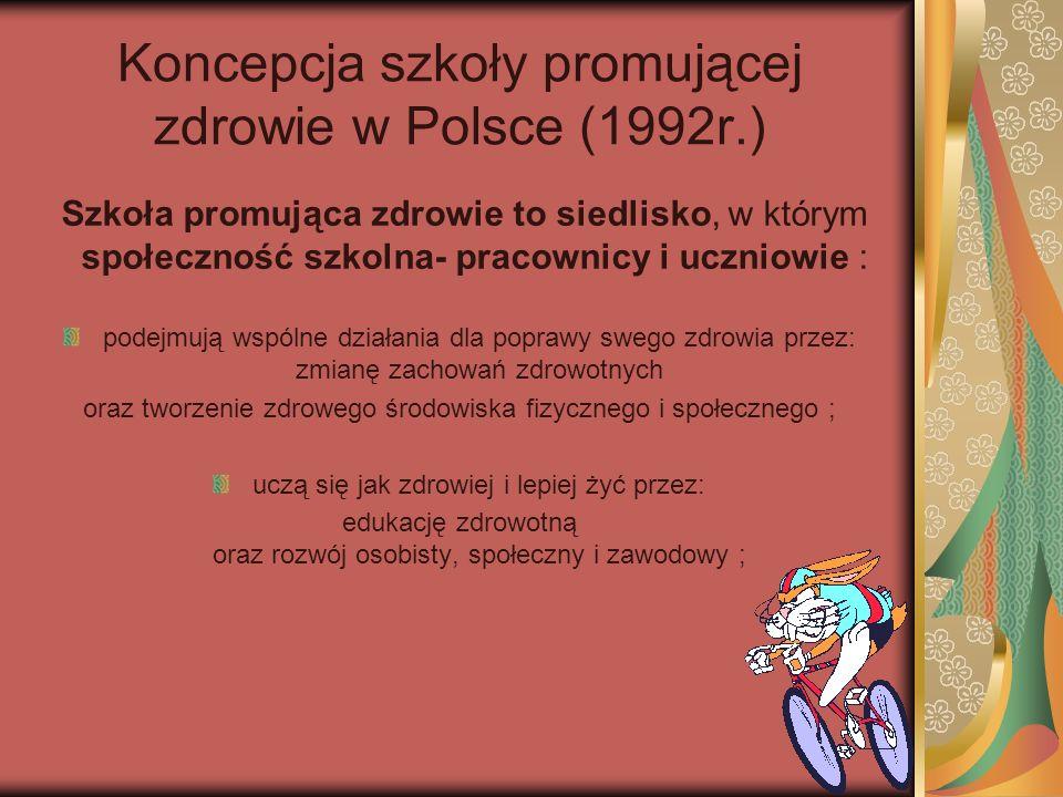 Koncepcja szkoły promującej zdrowie w Polsce (1992r.) Szkoła promująca zdrowie to siedlisko, w którym społeczność szkolna- pracownicy i uczniowie : podejmują wspólne działania dla poprawy swego zdrowia przez: zmianę zachowań zdrowotnych oraz tworzenie zdrowego środowiska fizycznego i społecznego ; uczą się jak zdrowiej i lepiej żyć przez: edukację zdrowotną oraz rozwój osobisty, społeczny i zawodowy ;