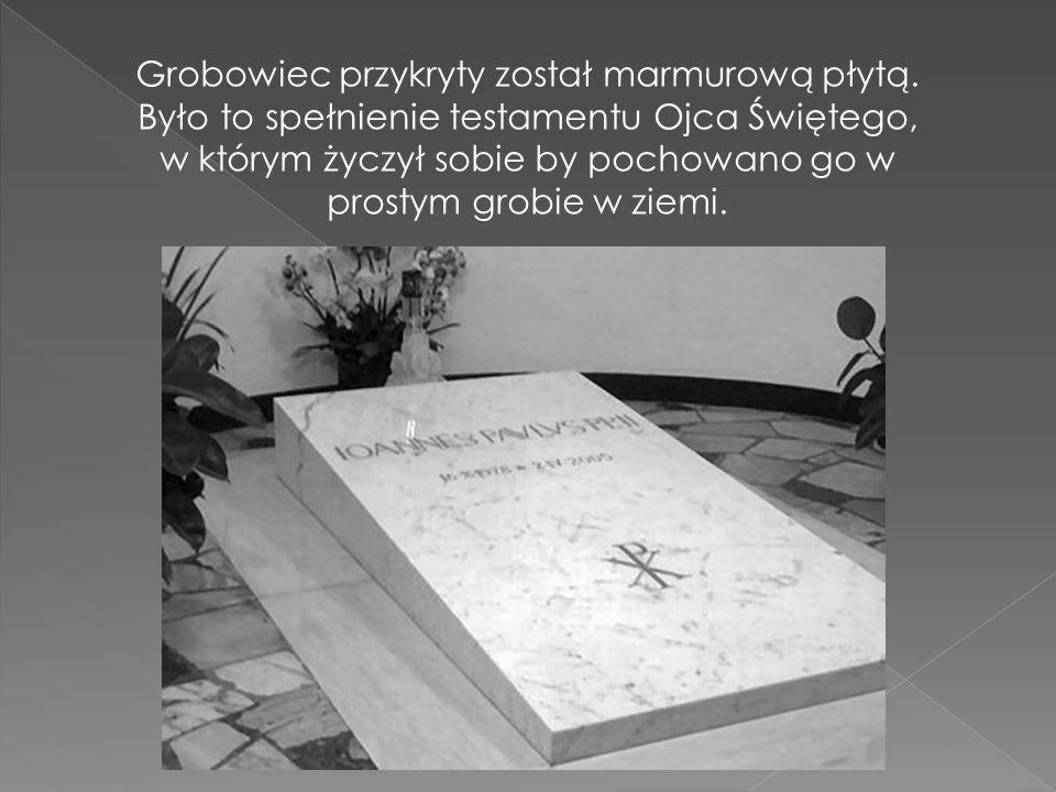 Grobowiec przykryty został marmurową płytą. Było to spełnienie testamentu Ojca Świętego, w którym życzył sobie by pochowano go w prostym grobie w ziem
