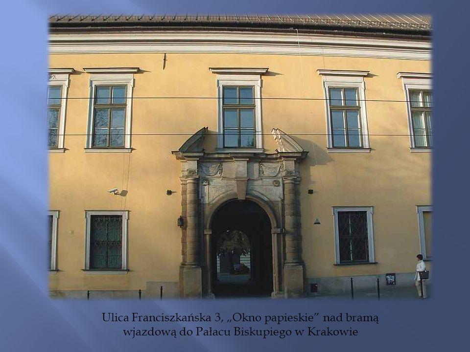 Ulica Franciszkańska 3, Okno papieskie nad bramą wjazdową do Pałacu Biskupiego w Krakowie