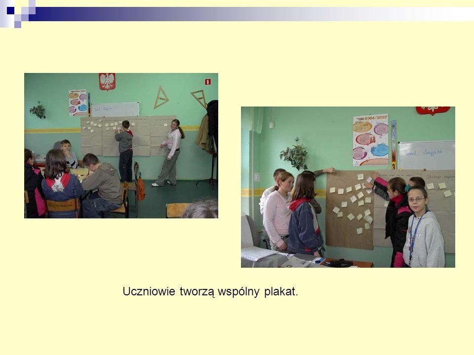 Uczniowie tworzą wspólny plakat.