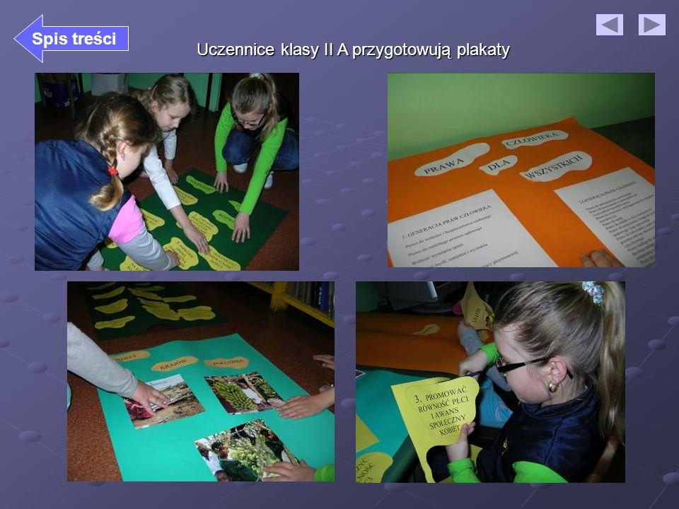 Uczennice klasy II A przygotowują plakaty Spis treści