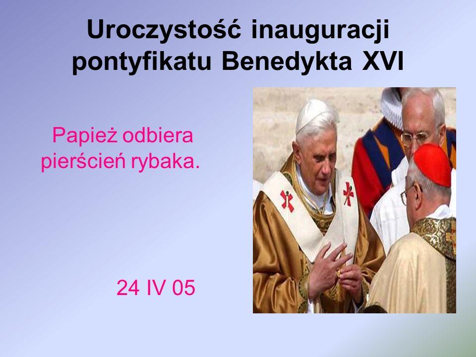 Uroczystość inauguracji pontyfikatu Benedykta XVI Papież odbiera pierścień rybaka. 24 IV 05