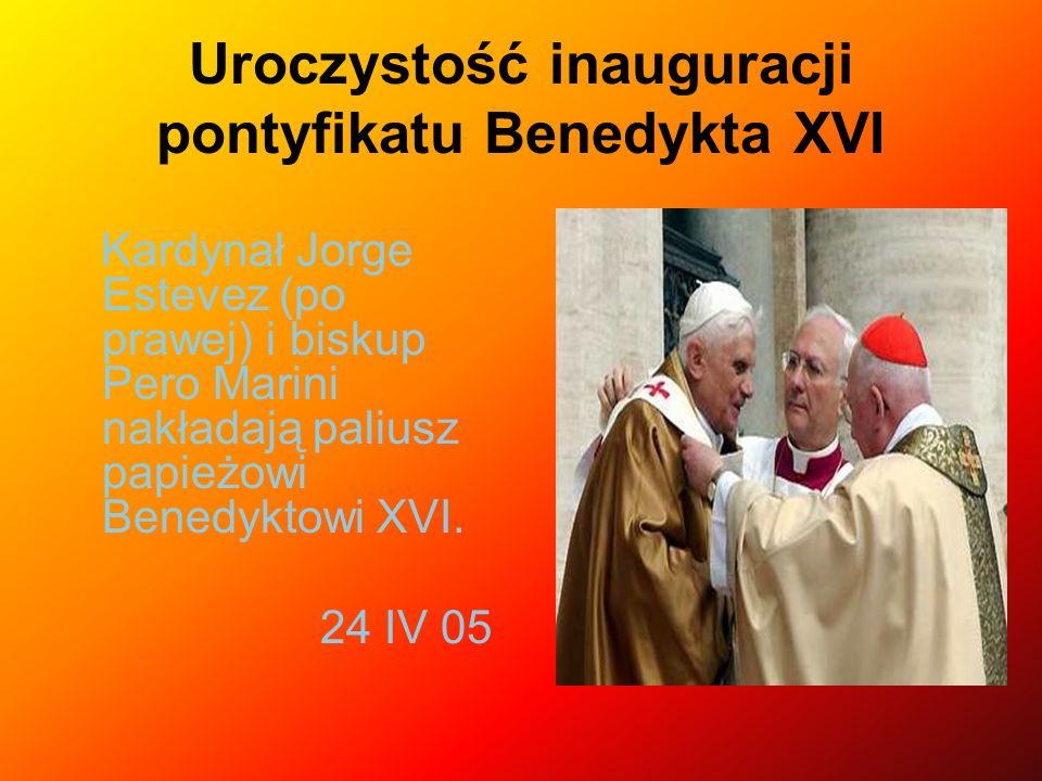 Uroczystość inauguracji pontyfikatu Benedykta XVI Kardynał Jorge Estevez (po prawej) i biskup Pero Marini nakładają paliusz papieżowi Benedyktowi XVI.