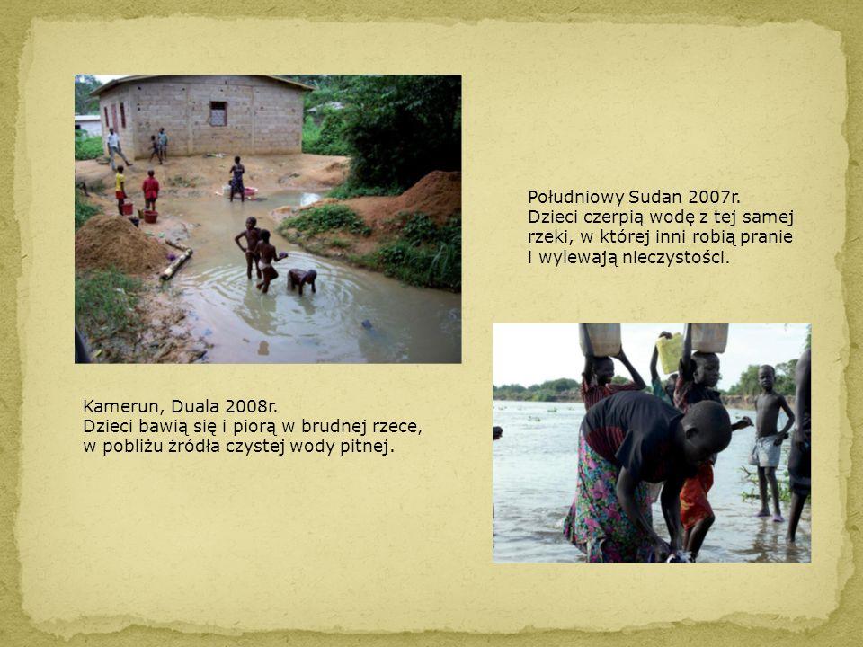 Południowy Sudan 2007r. Dzieci czerpią wodę z tej samej rzeki, w której inni robią pranie i wylewają nieczystości. Kamerun, Duala 2008r. Dzieci bawią