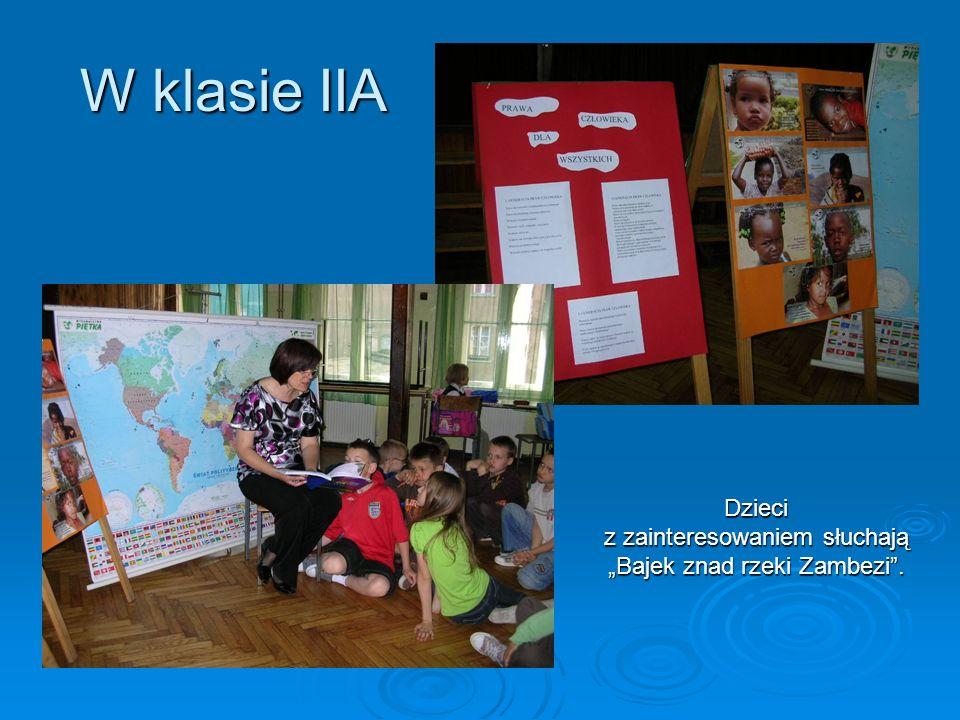 Dzieci z zainteresowaniem słuchają Bajek znad rzeki Zambezi. W klasie IIA
