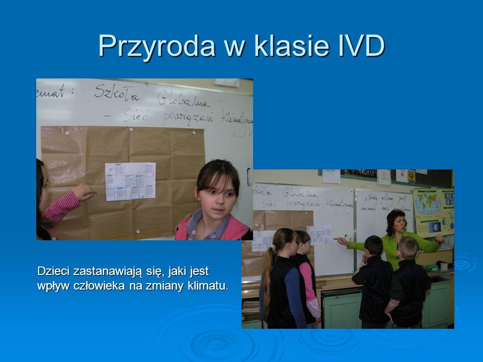 Biblioteka szkolna Dzieci z klasy IIA, korzystając z różnych źródeł informacji, dowiadują się o krajach Południa.