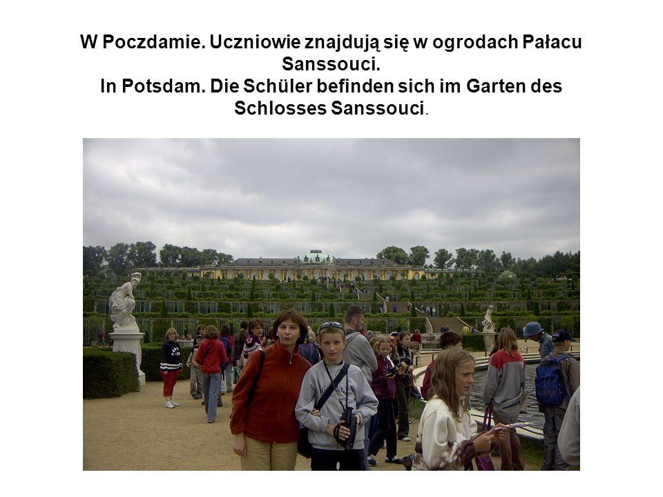 W Poczdamie.Grupa zwiedza Pałac Sanssouci. In Potsdam.