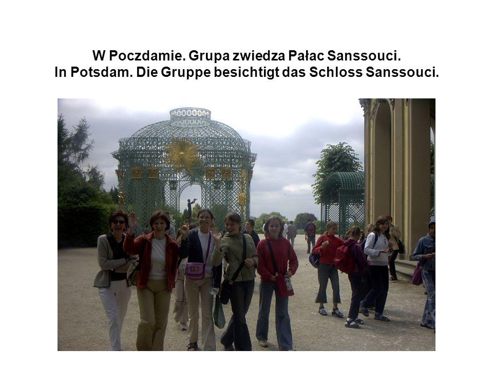 W Poczdamie. Grupa zwiedza Pałac Sanssouci. In Potsdam.