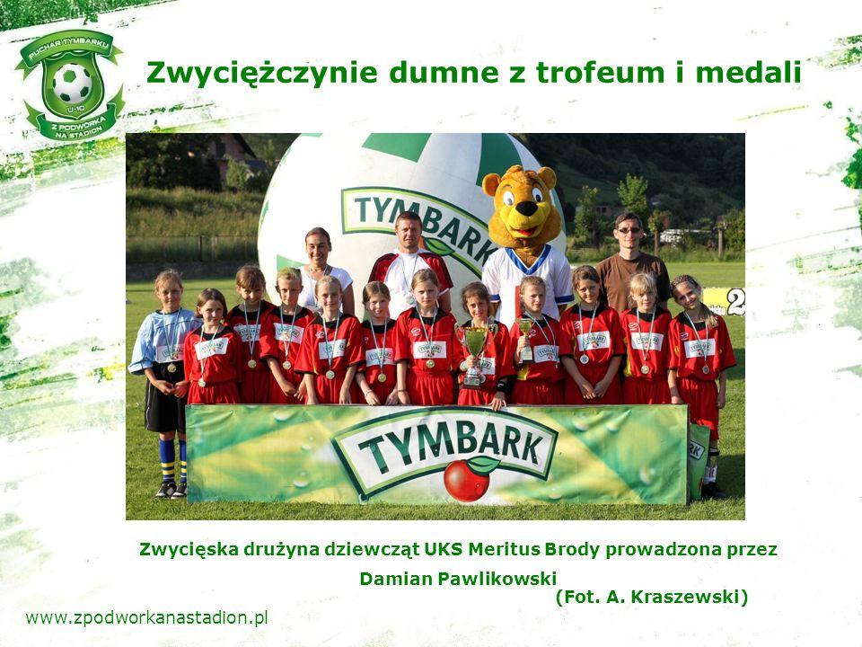Zwyciężczynie dumne z trofeum i medali (Fot. A.