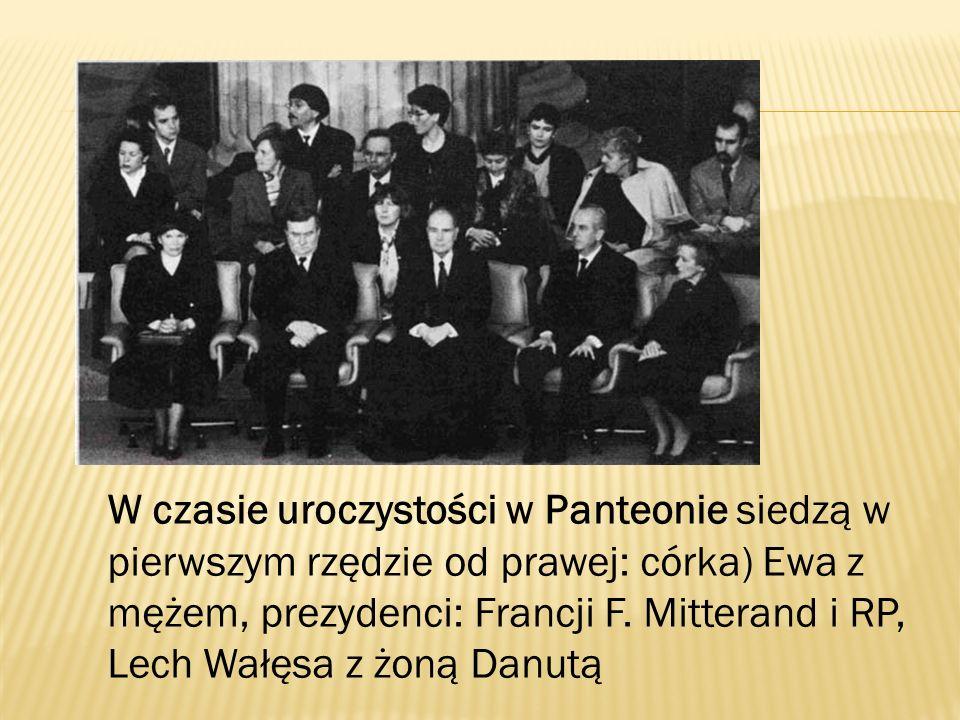 W czasie uroczystości w Panteonie siedzą w pierwszym rzędzie od prawej: córka) Ewa z mężem, prezydenci: Francji F. Mitterand i RP, Lech Wałęsa z żoną