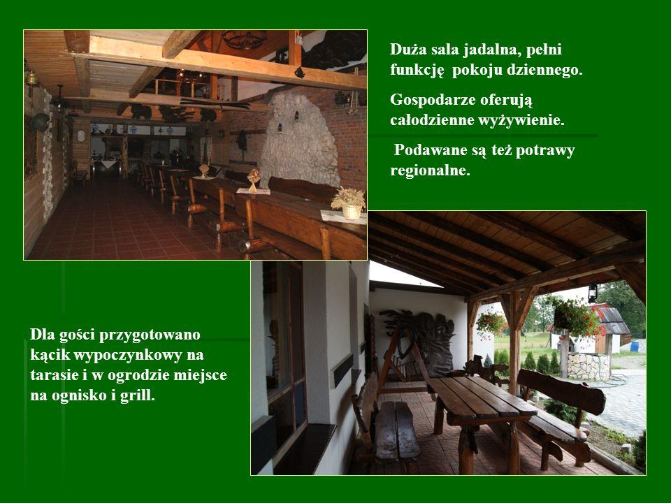 Dla gości przygotowano kącik wypoczynkowy na tarasie i w ogrodzie miejsce na ognisko i grill. Duża sala jadalna, pełni funkcję pokoju dziennego. Gospo